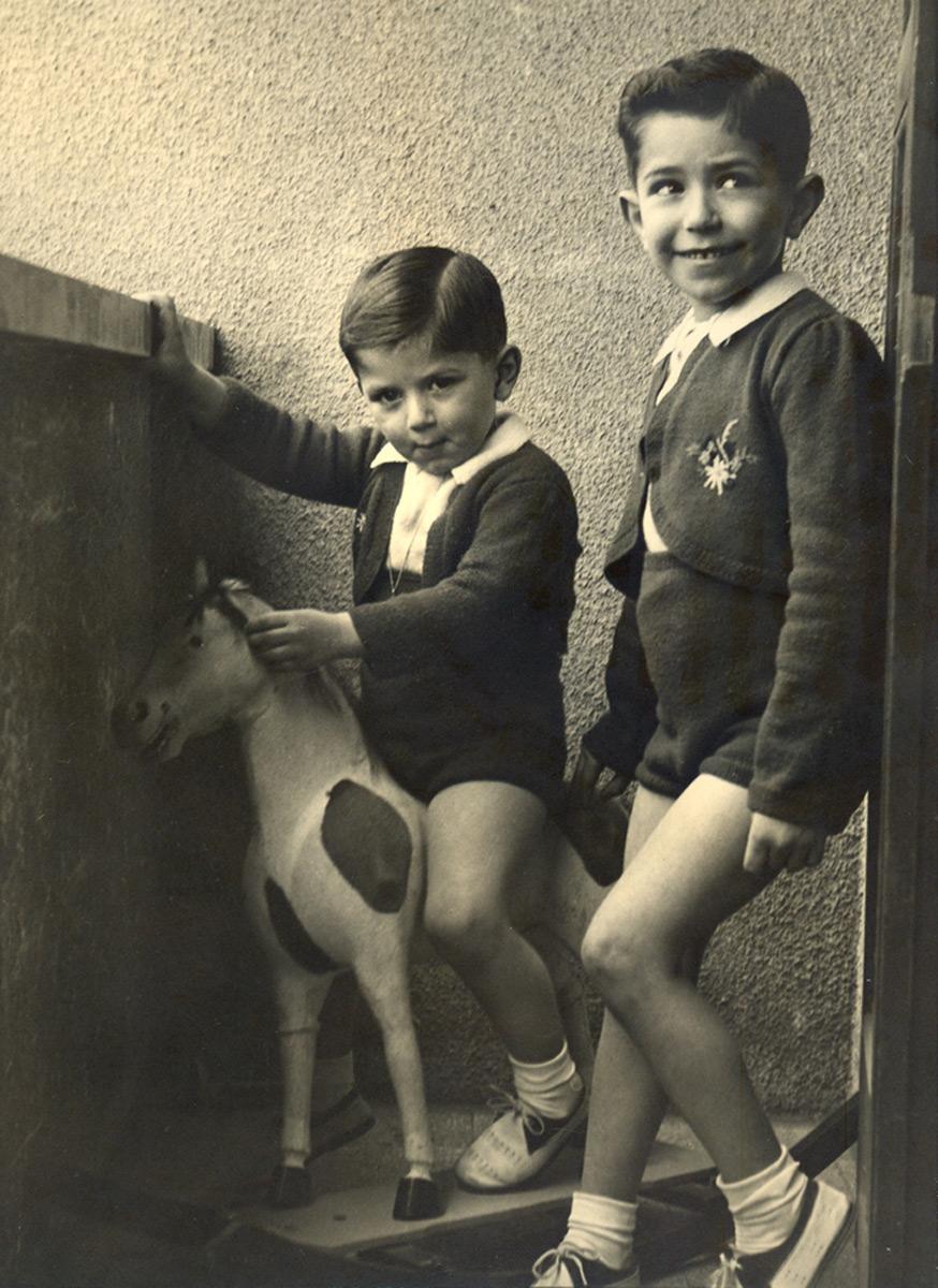 1952 - Lucio sul cavallo a dondolo e il fratello Luigi