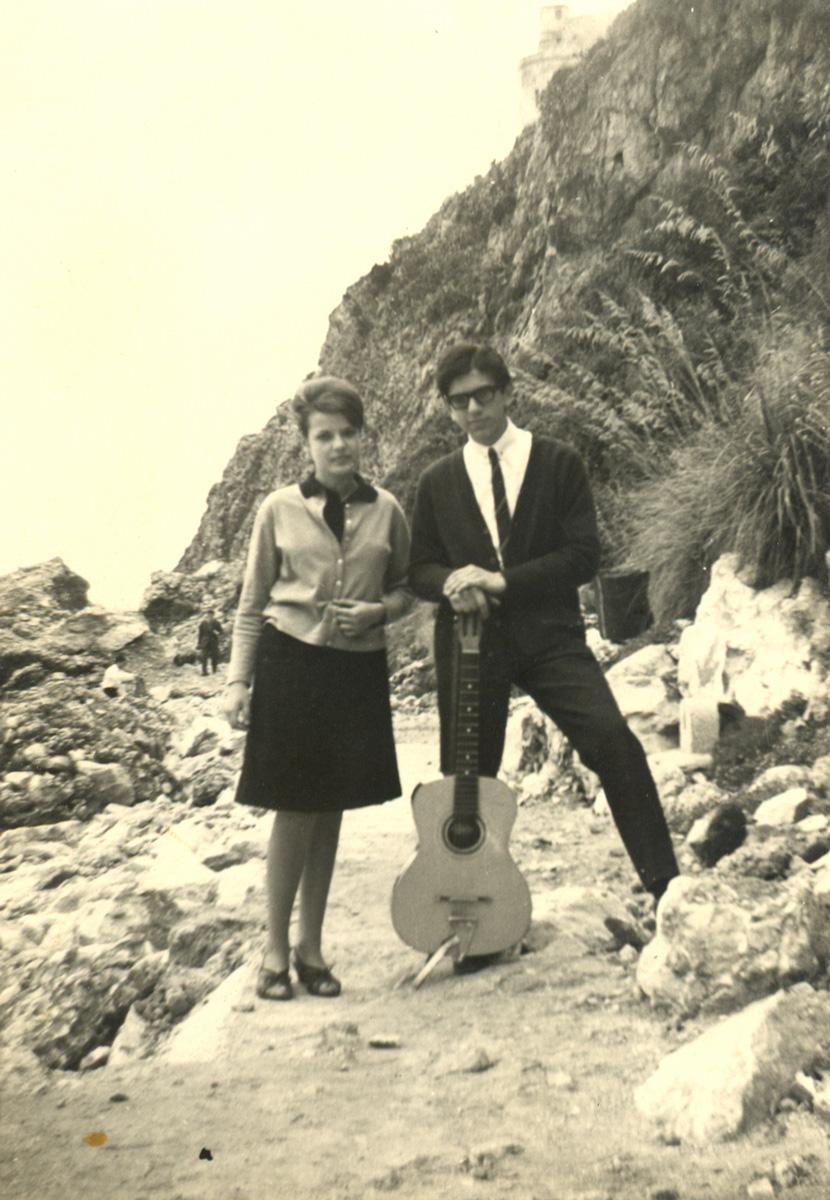 1965 - Con la prima chitarra e una compagna di scuola