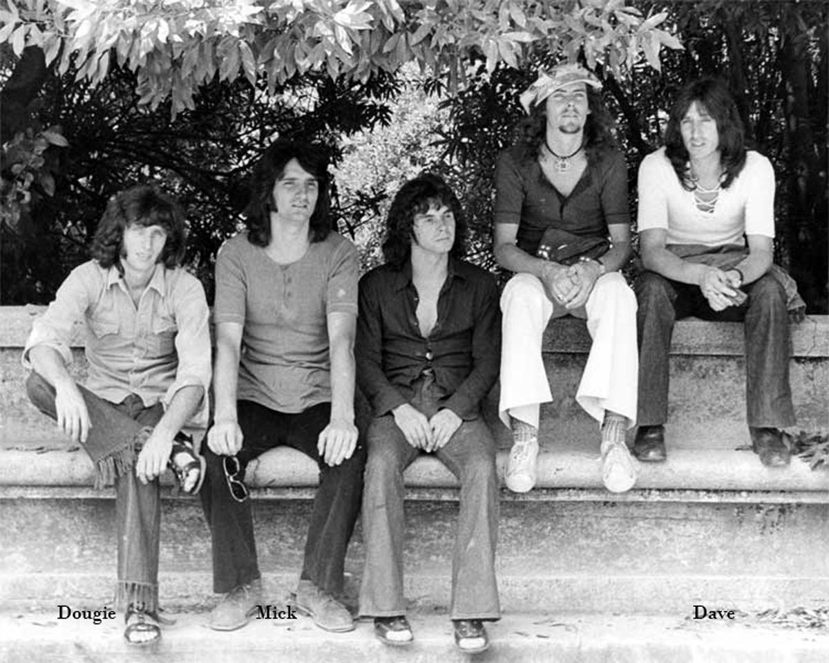 1971 - Con Dougie, Mick, Bruce Finlay e Mark David forma il gruppo dei Godfather